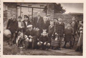 Διανομή εφοδίων της Joint στα μέλη της Κοινότητας μπροστά στη μισοκατεστραμμένη Συναγωγή (1946)