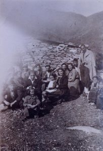 Μάρτιος 1944 - Εβραϊκές οικογένειες από τη Λάρισα σε καλύβες κτηνοτρόφων στον Όλυμπο, όπου κρύβονται από τους Γερμανούς.