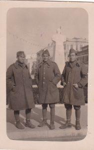Μάρτιος 1941 - Λαρισαίοι Εβραίοι στρατιώτες, με άδεια από το Αλβανικό μέτωπο Bίκος Μωυσής, Ηλίας Αλμπελανσής, Ζαδώκ Φερετζής